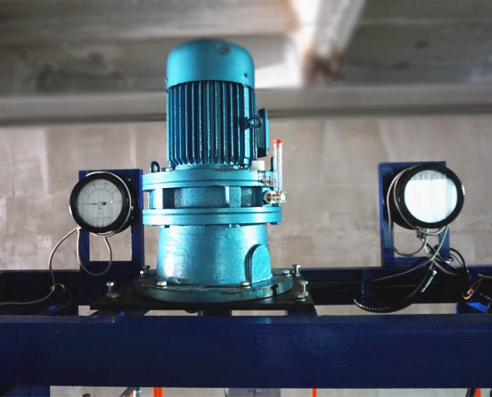 Metering pump for multifilament yarn spinning machine